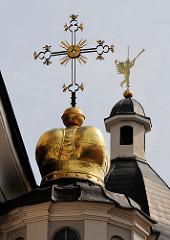 Goldene Kirchenkuppel mit Kreuz / Engel mit Trompete - Vilnius, Litauen.