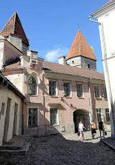 Historische Altstadt von Tallinn - Gasse an der Stadtmauer, Kopfsteinpflaster - Wehrtürme der Stadtbefestigung.
