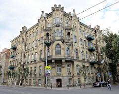 Mehrstöckiges Mietshaus - Wohnblock der Gründerzeit - Erkerturm mit Zinnen, Fassade gelber Klinker - Straße Pamėnkalnio  in Vilnius.
