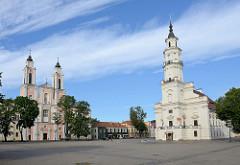 Rathaus in der Altstadt Kaunas. Der Bau wurde 1542 im gotischen Stil begonnen, um 1780 umgebaut. Lks. die Jesuitenkirche, barocker Baustil aus dem 18. Jhd.