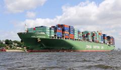 Die 2007 gebaute Schiff CSCL ZEEBRUGGE kann 9600 TEU / Standardcontainer transportieren. Das 337m / Breite 46m lange Containerschiff hat seine Ladung im Hamburger Hafen gelöscht und dort neue Container an Bord genommen - es fährt auf der Elbe Richtun