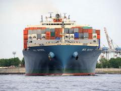 Das  Frachtschiff MOL MATRIX verlässt den Köhlbrand und fährt auf die Elbe.