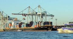 Güterumschlag am HHLA Container Terminal Tollerort; der Container Carrier KOTA LATIF liegt am Kai. Ein Tankschiff hat Längsseits des Frachtschiffs festgemacht.