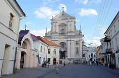 Kirche der Hl. Theresa, barockes Kirchegebäude in Vilnius - Architekt  Konstantin Tencalla. Daneben die Torkapelle im Tor der Morgenröte.