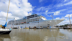 Das Kreuzfahrtschiff AZAMARA JOURNEY kommt vom Nord Ostsee Kanal und fährt in die Schleuse Brunsbuettel ein. Das Passagierschiff ist 180 Meter lang; 390 Besatzungsmitglieder betreuen etwa 710 Passagiere.