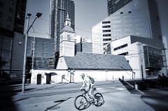 Hölzerne St. Johanniskirche zwischen modernen Hochhäusern. Jaani Holzkirche in der Tallinner Innenstadt; erbaut um 1725, restauriert 2001 - jetzt Nutzung durch die estnischen Heiligen Gral-Kongregation der Armenischen Apostolischen Kirche.