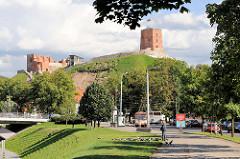 Blick vom Ufer der Neris zum Burgberg und dem Gediminas-Turm in Vilnius.