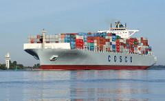 Die COSCO PHILIPPINES auf ihrer Fahrt Richtung Hamburger Hafen; das 2010 erbaute Frachtschiff hat eine Tragfähigkeit von 101200 t und kann 8500 TEU Container transportieren.