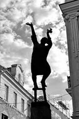Skulptur Lampenanzünder - Bildhauer Vytautas Nalivaika, 1986 - Gegenlichtaufnahme, schwarz-weiß - Geschäftsstraße Šv. Jono g. in Vilnius.