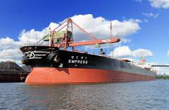 Der Bulkcarrier EMPRESS liegt am Kai des Schüttgut-Terminals Hansaport im Sandau-Hafenbecken. Der Frachter liegt unter den Greiferbrücken, mit denen die Ladung des Frachters gelöscht wird.