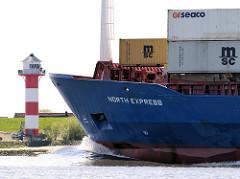 Bug des Containerfeeders NORTH EXPRESS auf der Unnterelbe beim Leuchtfeuer Lühe. Die NORTH EXPRESS ist 118m lang und 20m breit.