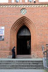 Eingang der athedrale St. Jacob in Olsztyn, Grundsteinlegung 1315; ehem. Pfarrkirche, jetzt Konkathedrale des Bistums Ermland. 1806/07 Gefängnis für 1500 preußische und russische Soldaten.