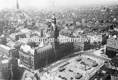 Alte Luftaufnahme / Flugbild vom Rathaus Hamburg und dem Rathausplatz - ca. 1939.