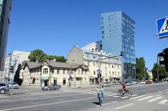 Historische und moderne Architektur in der Straße Liivalaia in Tallinn, alt + neu. Einstöckiges Wohnhaus / Geschäftshaus in Holzbauweise - Eckgebäude  mit Erker / Giebel; Apartment Hochaus mit abgeschrägter Glasfassade.