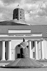 Eingang zum litauischen Nationalmuseum in Vilnius; Statue von Gediminas - Gedemias Turm auf dem Burgberg.