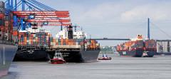 Schiffsverkehr am Hamburger Containerterminal Altenwerder - ein Containerfrachter legt mit Schlepperhilfe an - ein weiterer Containerfrachter fährt Richtung Elbe.