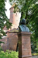 Denkmal für den Astonomen Nikolaus Kopernikus beim Schloss von Olsztyn - Bronzebüste, enthüllt 1916