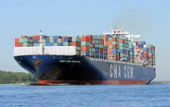 Die 350m lange CMA CGM RIGOLETTO fährt auf der Elbe hochbeladen in Richtung Hamburger Hafen. Das 2006 gebaute Frachtschiff hat eine Ladekapazität von 9415 TEU Containern.