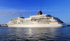 Das Kreuzfahrtschiff EUROPA auf der Elbe vor Hambug Finkenwerder. Das fast 200m Lange und 24m breite Passagierschiff hat 204 Kabinen für 408 Passagiere.