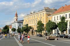 Rathausplatz von Vilnius - Blick auf die Straße Didžioji, im Hintergrund der Kirchturm der Russisch orthodoxen Hl. Nikolaus Kirche.