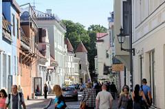 Geschäftsstraße, Einkaufsstraße  Uus in der Tallinner Altstadt - im Hintergrund das Viru Tor, Teil der historischen Stadtbefestigung.