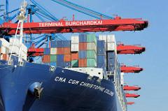 Schiffsbug / Schiffswand CMA CGM  Christophe Colomb - der Frachter wird am HHLA Burchardkai abgerfertigt. Die Containerladung des Frachters wird gelöscht und neue Stahlboxen an Bord des Riesenschiffs verladen.