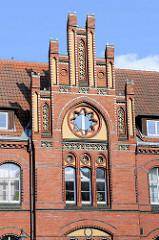 Historisches Ziegelgebäude, Backstein mit glasierten Zierbändern / Elementen, Ziergiebel - Gebäude der Polnischen Post in Olsztyn.