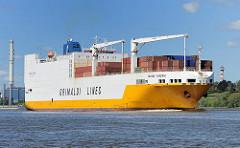 Das Frachtschiff GRANDE NIGERIA auf der Elbe vor Wedel; im Hintergrund das Heizkraftwerk Wedels. Das 214 lange RoRo Schiff hat eine Tragfähigkeit von 26170 Tonnen und wurde 2002 gebaut. RoRo-Schiffe (von engl. Roll on Roll off) sind moderne Trans