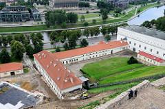 Blick vom Burgberg in Vilnius auf den Fluss Neris, re.  Museum für Angewandte Kunst und Design.