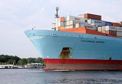 Die COLUMBINE MAERSK in Fahrt auf der Elbe Höhe Hamburg Teufelsbrück. Im Hintergund in der Fähranleger zu erkenen. Der 2002 gebaute Frachter hat eine Länge von 347m und kann 8890 Standardcontainer transportieren.
