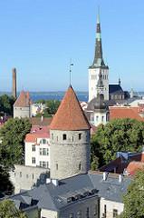 Blick vom Domberg auf die Stadtbefestigung / Wehrtürme der Unterstadt in Tallinn; in der Bildmitte der Kirchturm der St. Olafkirche / Olaikirche - davor der Kirchturm der Nikolaikirche, Niguliste kirik.