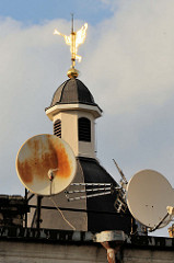 Kuppel / Kirchturm mit goldenem Engel und Trompete als Wetterfahne - Satellitenschüsseln; Bilder aus Vilnius / Litauen.