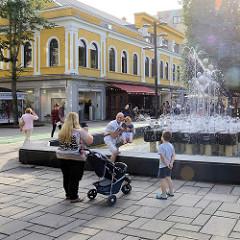 Brunnen / Springbrunnen in der DSC_5672  Fussgängerzone Laisvės alėja / Freiheitsallee in Kaunas - Hauptstraße im Stadtzentrum.