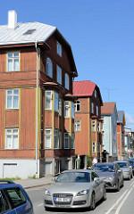 Zweistöckige Wohnhäuser mit Holzfassade - Straße Ristiku in Tallinn.