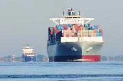 Schiffsverkehr auf der Elbe - Containerschiffe fahren elbabwärts - im Vordergrund der Frachter COSCO PHILIPPINES - das Vorderdeck ist hoch mit Containern beladen.