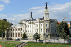 Blick von der Mindaugas Brücke über den Fluss Neris zum historischen Gebäude des Energiewirtschaftsmuseum Litauens / ehem. Wasserkraftwerk in Vilnius.