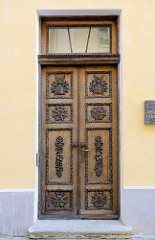 Alte Eingangstür / historische Holztür in Tallinn.