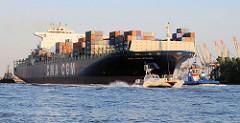 Das Containerschiff CMA CGM OTELLO hat bei einer Länge von 344m und einer Breite von knapp 43m eine Tragfähigkeit von 101500t - das entspricht 8488 TEU. Das Lotsenboot hat gerade den Schiffslotsen an Bord abgesetzt und fährt in voller Fahrt Richt