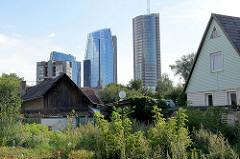 Einzelhäuser im Stadtteil Šnipiškės von Vilnius - moderne Hochhäuser / Europa Tower im Hintergrund.