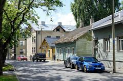 Holzhäuser / Wohnhäuser in Holzbauweise und unterschiedlicher Größe - Straße Heina in Tallinn.