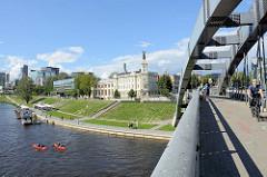 Blick von der Mindaugas Brücke über den Fluss Neris zum historischen Gebäude des Energiewirtschaftsmuseum Litauens / ehem. Wasserkraftwerk ; im Hintergrund  Geschäftshäuser / Bürohäuser im Stadtteil  Šnipiškės.