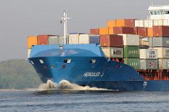 Schiffsbug des 151m langen und 23m breiten Feeder Schiffs HERCULES J auf der Elbe.