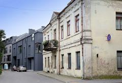 Wohnstraße mit historischer Architektur und modernem Neubau, Kaunas / Litauen.