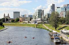 Blick über den Fluss Neris zur Gebäuden der Geschäftsstadt / Bürostadt im Stadtteil  Šnipiškės in Vilnius.