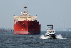 Tanker Cape Brasilia auf der Elbe vor Hamburg - Lotsenboot Lotse 1.