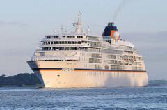 Morgensonne auf der Elbe vor Hamburg - Kreuzfahrtschiff EUROPA auf der Elbe vor Hambug Finkenwerder. Das fast 200m Lange und 24m breite Passagierschiff hat 204 Kabinen für 408 Passagiere.