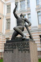 Denkmal für die Lehrer und Schüler von Tallinn im estnischen Unabhängigkeitskrieg 1918 / 1919; Bildhauer Ferdi Sannamees. Original aufgestellt 1927 - unter sowjetischer Herrschaft in den 1940er Jahre zerstört, 1941 wieder aufgestellt - 1948 wie