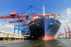Bug des Containerschiffs Christophe Colomb im Hamburger Hafen / Terminal Burchardkai.