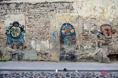 Alte Hausfassade mit abbröckelnden Putz - Wandmalerei / Graffiti in der  Bokšto von Vilnius.
