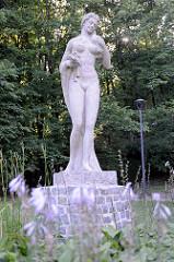 Steinskulptur, nackte Frau mit Blumenstrauß, Flora - Schlosspark von Olsztyn.